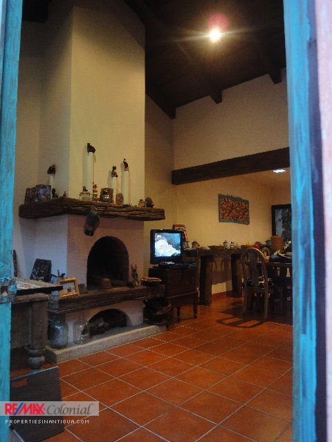 3762 TWO LEVEL HOUSE IN ANTIGUA GUATEMALA WALKING DISTANCE TO THE MAIN SQUARE OF ANTIGUA GUATEMLA.