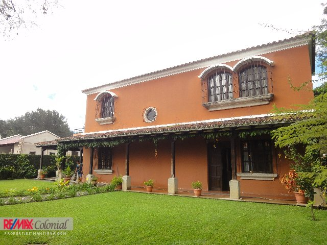 2628 HOUSE FOR SALE IN ANTIGUA GUATEMALA (C)