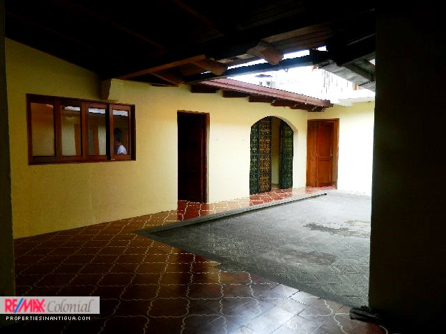 2086 HOUSE FOR SALE IN CENTRAL ANTIGUA, CLOSE TO ESCUELA DE CRISTO AREA