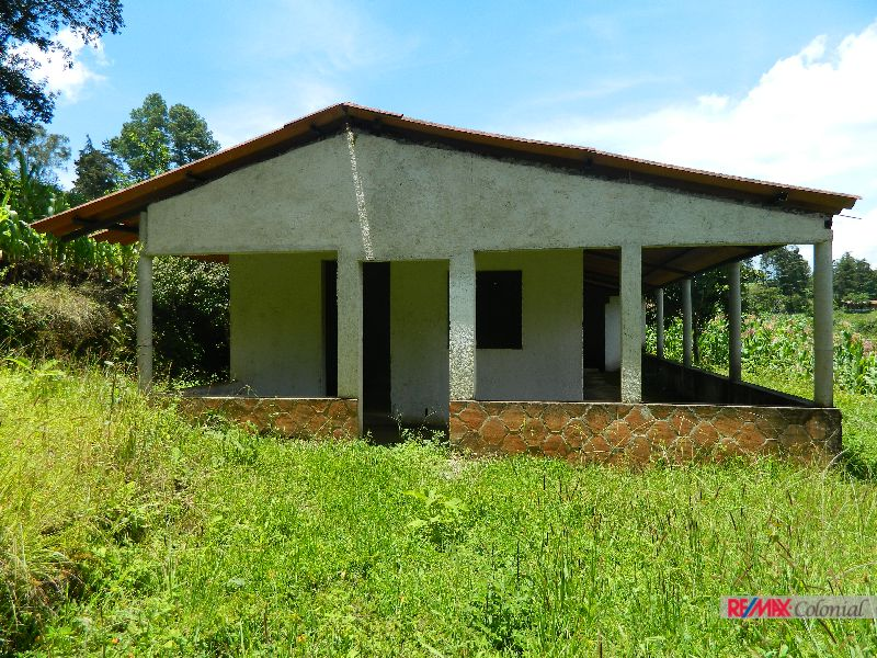 4523  LAND WITH HOUSE FOR SALE BETWEEN CHIMALTENAGO AND SAN LUCAS