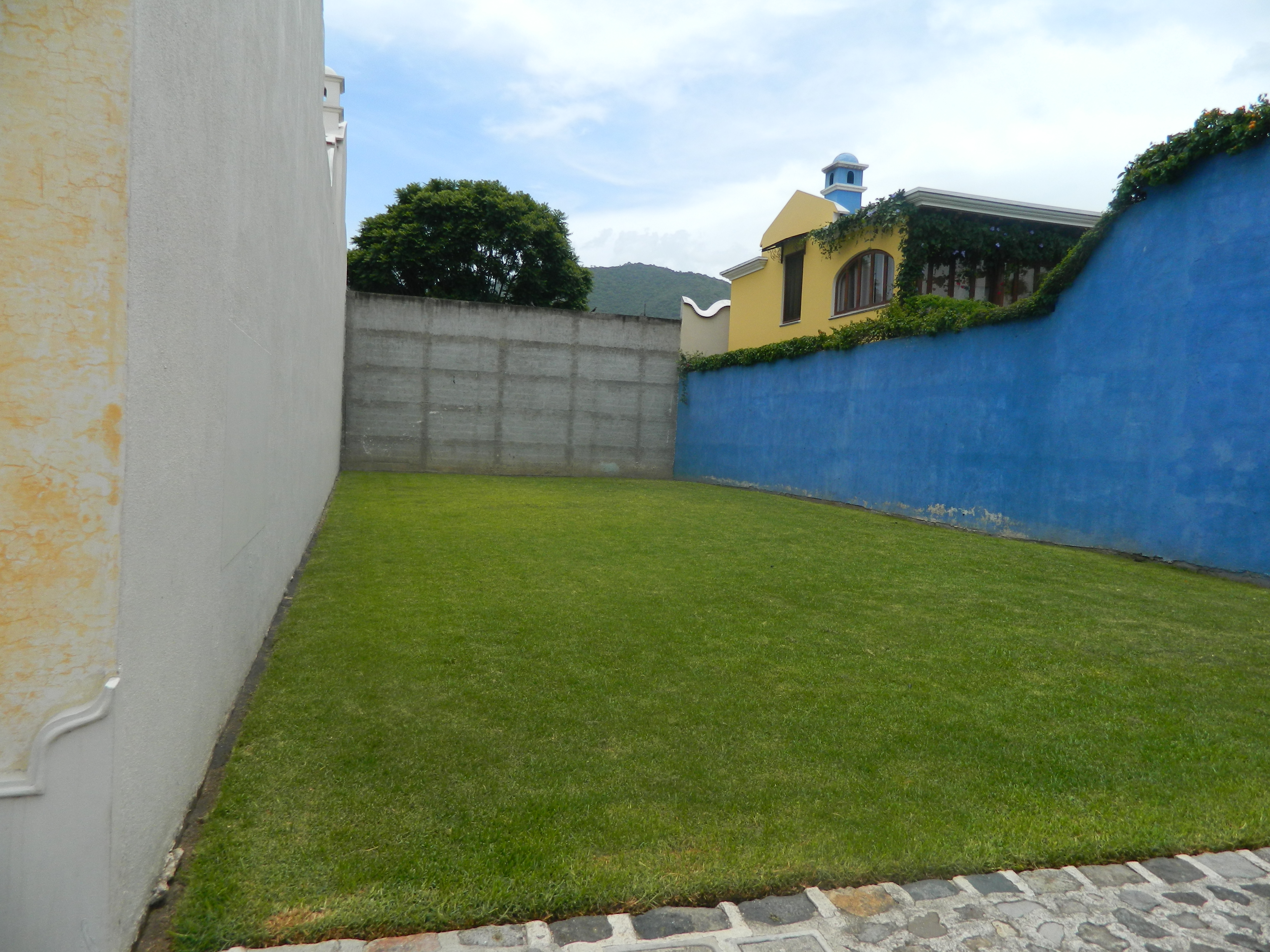 3381 ( C ) BEATIFUL LOT FOR SALE IN GATED COMMUNITY NEAR ANTIGUA GUATEMALA