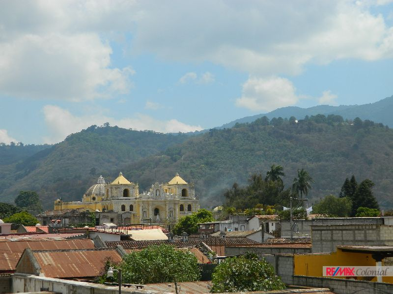 4870 NICE HOUSE FOR SALE IN THE CENTER OF ANTIGUA