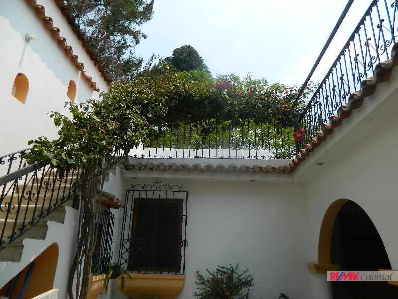 4886 PROPERTY FOR SALE, INCLUDES 3 APARTMENTS, LA ANTIGUA GUATEMALA